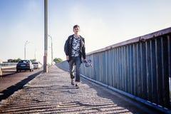 Милый привлекательный стильный азиатский подросток мальчика 15-16 лет на ci Стоковая Фотография