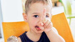 Милый ребенк имея мороженое шоколада Годовалый ребенок 2 стоковое фото rf