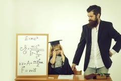 Милый ребенок и бородатый учитель стоковые изображения
