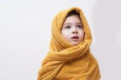 Милый ребёнок в мягком с капюшоном полотенце после ванны Стоковые Изображения RF