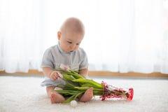 Милый ребёнок, держа букет свежих тюльпанов для мамы Стоковые Фотографии RF