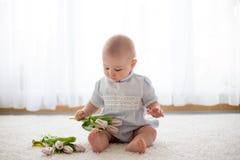 Милый ребёнок, держа букет свежих тюльпанов для мамы Стоковое Фото