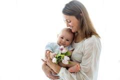 Милый ребёнок, держа букет свежих тюльпанов для мамы Стоковое Изображение RF