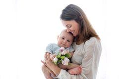 Милый ребёнок, держа букет свежих тюльпанов для мамы Стоковые Изображения