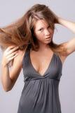милый слегка ударяя подросток волос стоковые фото
