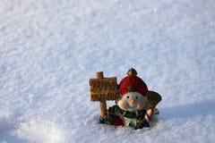 Милый снеговик в снеге Стоковые Фото