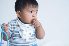 Милый сосать пальца младенца стоковые изображения