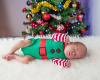 Милый спать эльф рождества newborn Стоковая Фотография