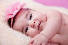 Милый, милый, счастливый, пухлый портрет ребёнка, без одежд, нагой или обнажённый, на пушистом одеяле Стоковое фото RF