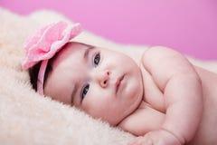 Милый, милый, счастливый, пухлый портрет ребёнка, без одежд, нагой или обнажённый, на пушистом одеяле Стоковое Изображение