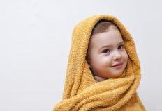 Милый счастливый усмехаясь ребёнок в мягком с капюшоном полотенце после ванны Стоковые Изображения