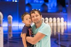 Милый сын и отец мечтая на грандиозной мечети шейха Zayed Мечети в abaya Абу-Даби нося, paranja в nighttime Travell Стоковое Изображение