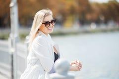 Милый турист девушки стоя на балконе на озере Стоковая Фотография