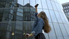 Милый турист фотографируя футуристический деловый центр с камерой смартфона акции видеоматериалы