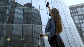 Милый турист фотографируя футуристический деловый центр с камерой смартфона видеоматериал
