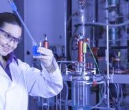 Милый химик работая в лаборатории Стоковое Фото