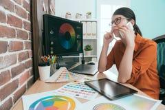 Милый художник молодой женщины работая в офисе дизайна стоковое изображение