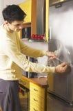 милый человек кухни Стоковое Изображение RF