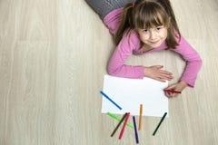 Милый чертеж девушки ребенка с красочными crayons карандашей на белой бумаге Образование искусства, концепция творческих способно стоковые изображения