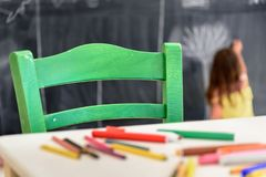 Милый чертеж и картина маленькой девочки на детском саде Творческий клуб детей деятельности стоковое изображение