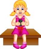 Милый шарж девушки сидя с играть smartphone иллюстрация штока