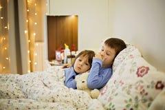 2 милых больных дет, мальчики, оставаясь в кровати с лихорадкой Стоковые Изображения