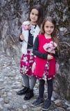 2 милых букета владением маленьких девочек цветков Стоковые Фото