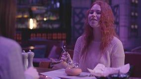 2 милых девушки имеют обедающий в современном ресторане совместно Девушки ослабляют в ресторане и наслаждаются вечером акции видеоматериалы