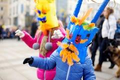 2 милых девушки нося пугающие маски во время торжества Uzgavenes, литовского ежегодного фольклорного фестиваля случаясь 7 Стоковые Фотографии RF