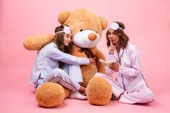 2 милых девушки одетой в пижамах Стоковое Фото