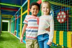 2 милых дет в центре игры Стоковая Фотография
