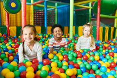 3 милых дет играя в Ballpit Стоковые Фотографии RF