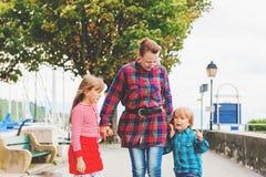2 милых дет играя с бабушкой Стоковое Изображение