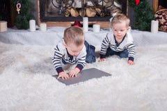 2 милых дет используя компьтер-книжку Стоковое Изображение RF