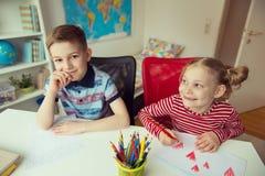 2 милых дет рисуя с красочными карандашами Стоковые Изображения