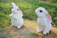 2 милых маленьких белых кролика вставать на лужайке стоковое изображение