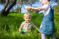 2 милых малыша занятого с охотой пасхи Стоковые Фотографии RF