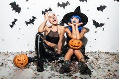 2 милых молодой женщины в кожаных костюмах хеллоуина Стоковые Фото