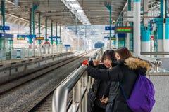 2 милых молодых корейских девушки принимают selfie на станцию Gapyeong Стоковое Фото