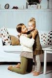 2 милых сестры дома играя, маленькая девочка в интерьере Стоковое Изображение