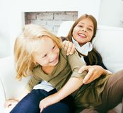 2 милых сестры дома играя, маленькая девочка в интерьере Стоковые Фотографии RF
