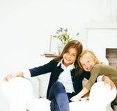 2 милых сестры дома играя, маленькая девочка в интерьере дома Стоковое Изображение RF