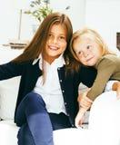 2 милых сестры дома играя, маленькая девочка в интерьере дома Стоковая Фотография RF