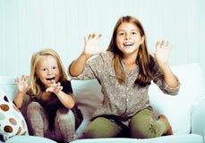 2 милых сестры дома играя, маленькая девочка в интерьере, lifes Стоковая Фотография RF