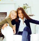 2 милых сестры дома играя, маленькая девочка в интерьере, lifes Стоковое Изображение