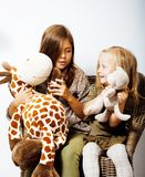 2 милых сестры дома играя, маленькая девочка в интерьере, lifes Стоковые Изображения