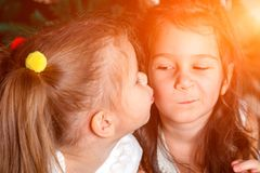 2 милых сестры такой же лож возраста рядом с деревом Нового Года одно стоковые изображения