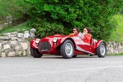 1000 миль 2019, Брешия - Италия 14-ое мая 2019: Исторические автогонки Mille Miglia 2 девушки спеша в красивом красном годе сбора стоковые фотографии rf