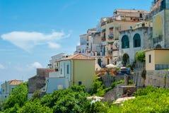Мимолетный взгляд домов садить на насест на холме, с голубым небом как предпосылка стоковая фотография
