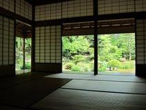 Взгляд в японский сад стоковое изображение